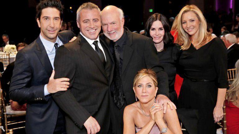 Burrows en el centro posa con casi todo el elenco de Friends: David Schwimmer