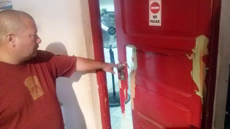 Richard Verdugo señala una de las puertas que rompieron en el bar del espacio cultural de calle Yrigoyen.