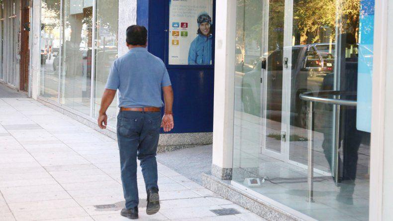 El hombre fue detenido en el interior del banco y luego lo liberaron.