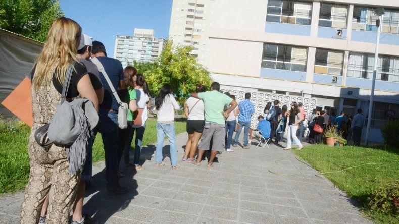 Ayer se observaron extensas colas de padres en busca de un lugar en algunos de los jardines públicos de la ciudad.