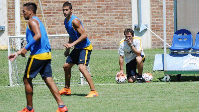 El Vasco observa el entrenamiento y analiza. Finalmente
