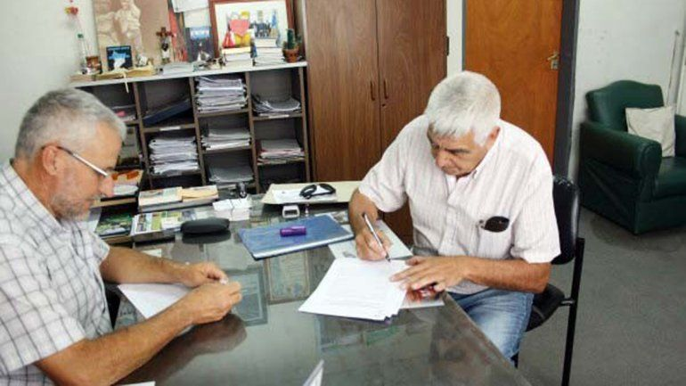 El intendente Andrés Peressini y el loteador Pedro Flores.