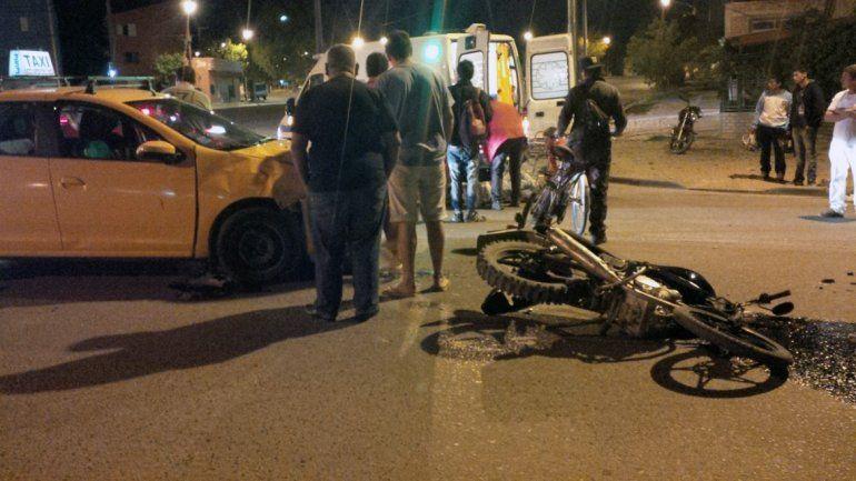 Una moto y un taxi chocaron en una peligrosa esquina
