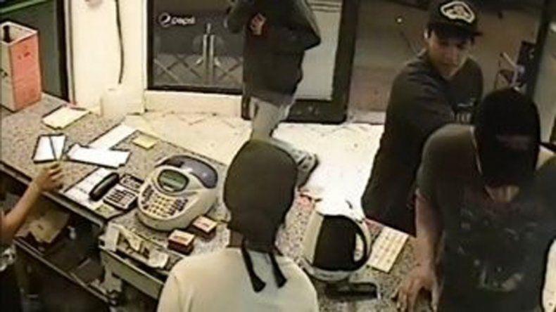 El robo a la casa de comidas fue grabado por las cámaras del local.