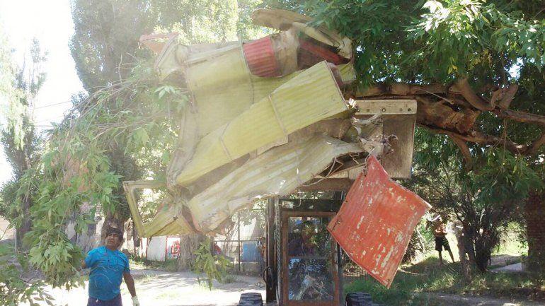 Se retiró el esqueleto de un vehículo que estaba abandonado en la calle.