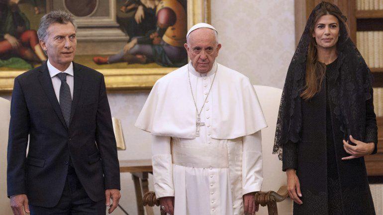 Macri se reunió en privado con el Papa y lo invitó al país