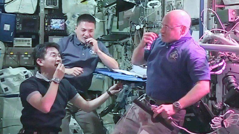 Scott Kelly en una caminata espacial. A la derecha aparece en primer plano durante un almuerzo.