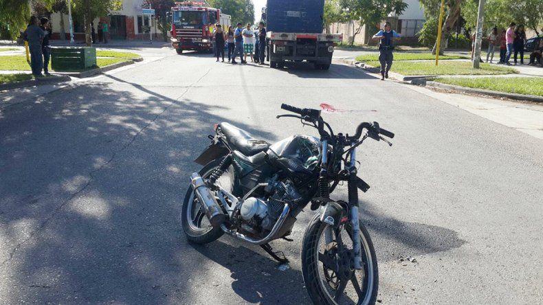La moto quedó con el frente destruido tras el choque contra el camión. Detrás