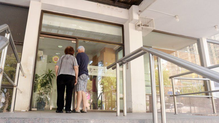 Los cajeros del microcentro son los más concurridos. En las fechas de cobro de los estatales quedan vacíos en cuestión de minutos y los usuarios deben esperar la reposición.