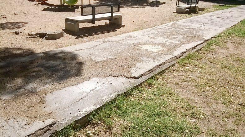 Las grietas de las veredas tienen años. Una mujer mayor se cayó dos veces y disparó un fuerte reclamo al Municipio.