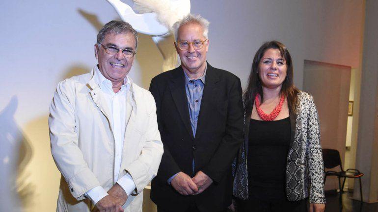 El artista acompañado por el diputado Oscar Smoljan y la directora del museo