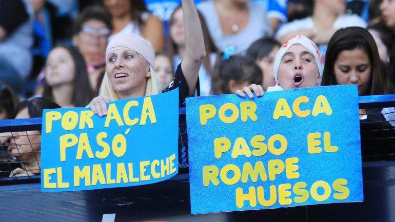 Hinchas provocadores. Simpatizantes de Racing acusaron a Tevez de rompehuesos con carteles que recordaron sus patadas.