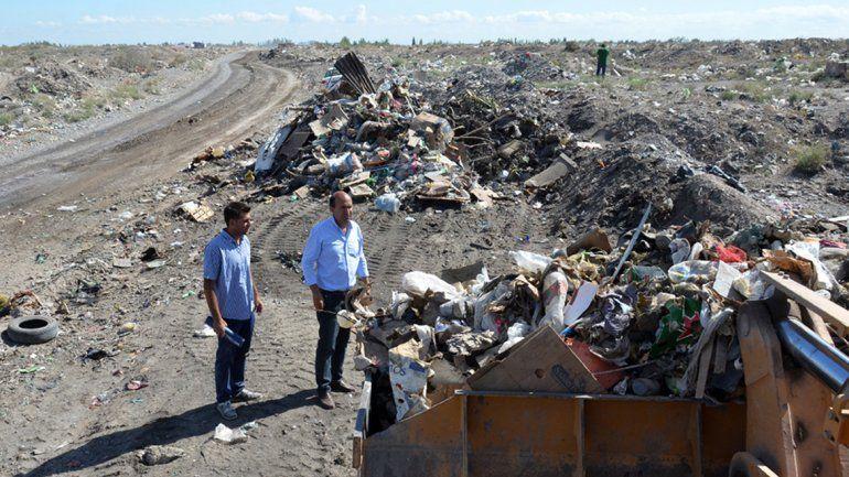 Gran cantidad de basura tapaba una calle en Cuenca XV.