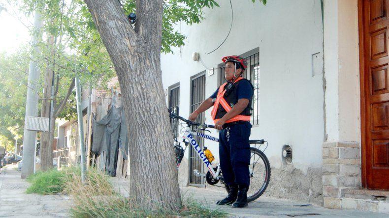 Un efectivo de la Comisaría 32 custodia la puerta de la casa de la mujer.