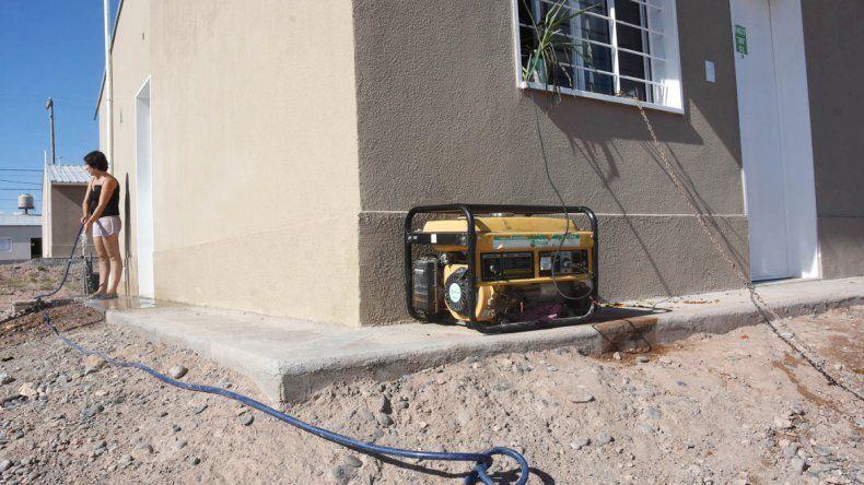 Los vecinos aceptaron las viviendas para que no se las usurpen. Algunos pudieron poner generadores.