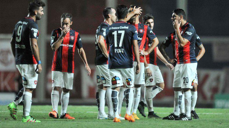 La decepción de los jugadores de San Lorenzo tras el empate.