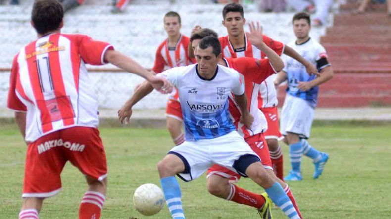 Mario Barros era uno de los goleadores de Lifune. Acá jugando para Centenario contra Independiente de Neuquén.