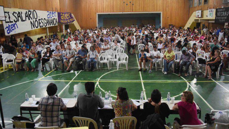 Hubo una acalorada asamblea en el gimnasio de la EPET 8. Propusieron un nuevo paro de 48 horas.