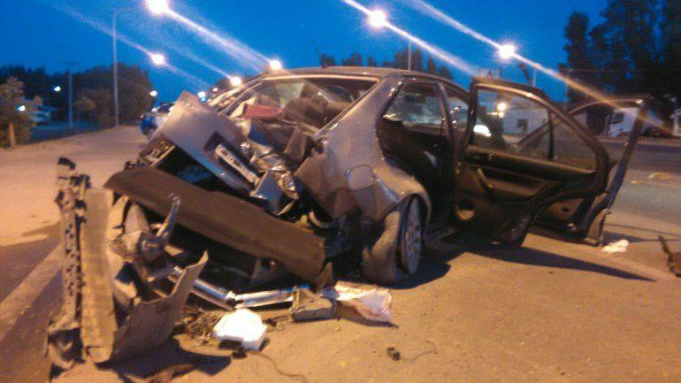 Impactaron con la parte trasera del auto en el primer poste y en la parte delantera en el segundo.