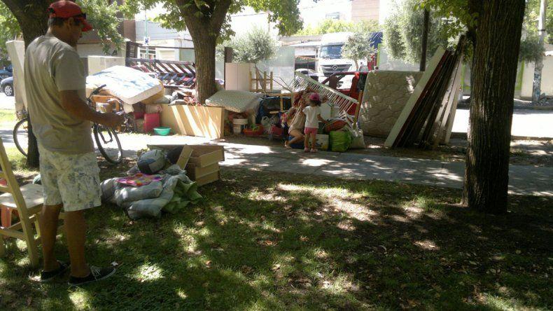 La familia llevó todas sus pertenencias hasta la Plaza Roca para pedir ayuda.