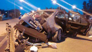 Así quedó el Volkswagen Bora tras impactar contra un poste en la ruta.