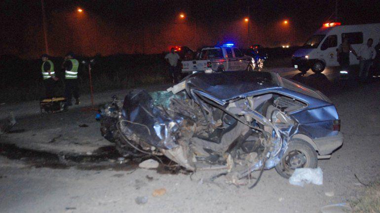 El auto quedó irreconocible. El conductor perdió la vida en el acto.