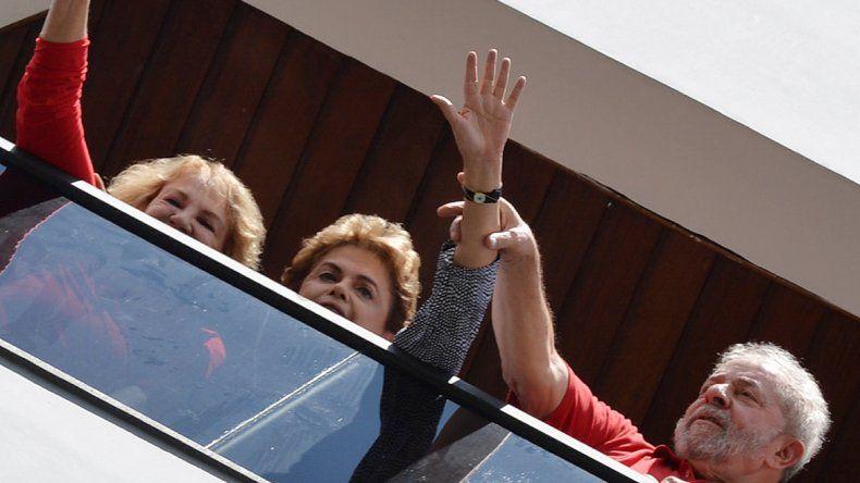 Lula levanta la mano de Dilma en el balcón de su casa en San Pablo.