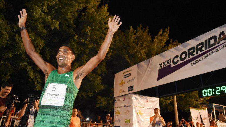 El brasileño Daniel Chaves le puso ritmo a la carrera y en el final tiró un paso de baile para festejar.