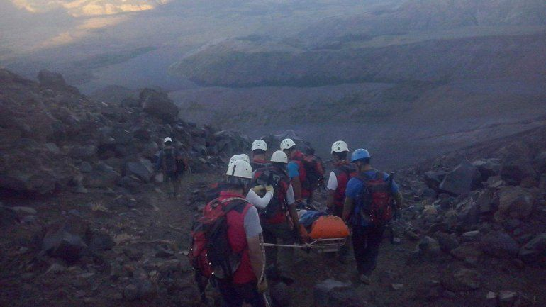 Rescataron a una mujer accidentada en el volcán Lanín