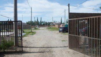 El reciente loteo en la zona de Valentina Sur tiene un portón de acceso, pero no alcanza para frenar los robos.