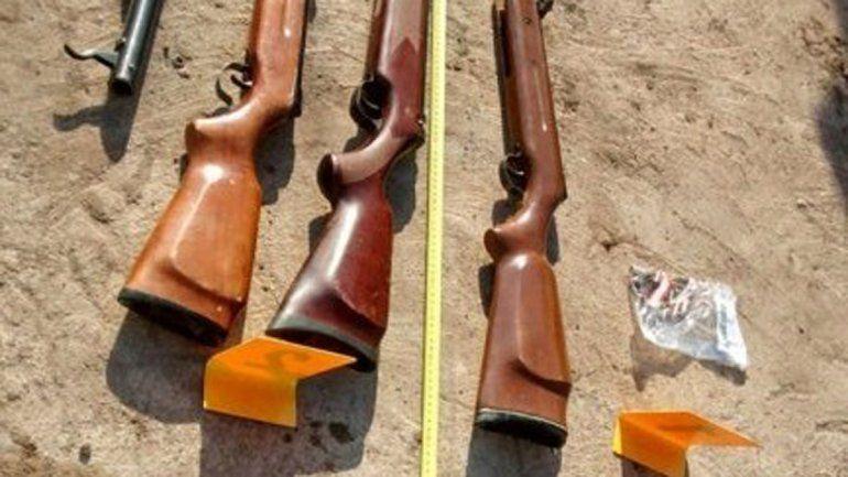 Las tres carabinas de aire comprimido secuestradas en el procedimiento.