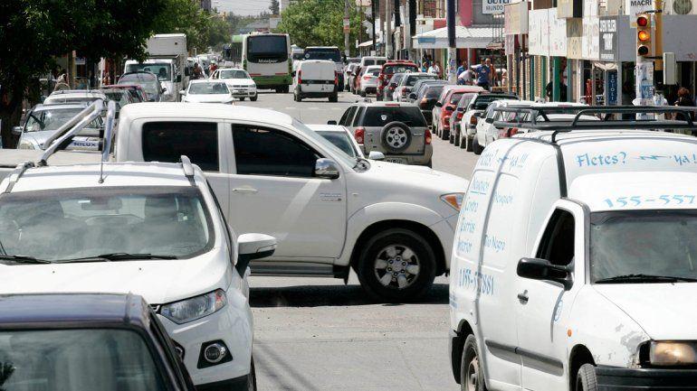La ciudad se vuelve intransitable por la cantidad vehículos en las calles.