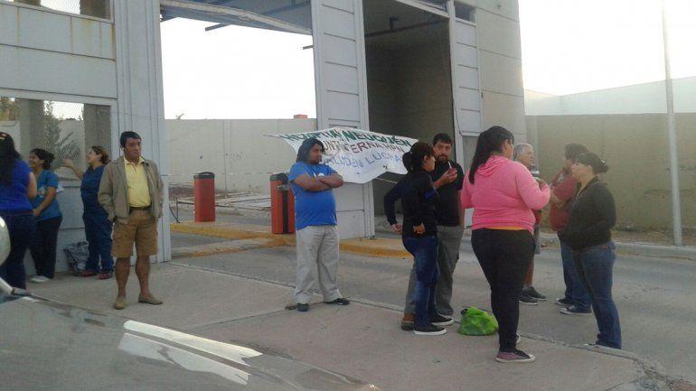Trabajadores del sector salud protestan en las puertas del CAM