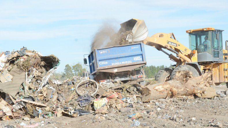 Muchos vecinos tiran sus desperdicios en cualquier parte.