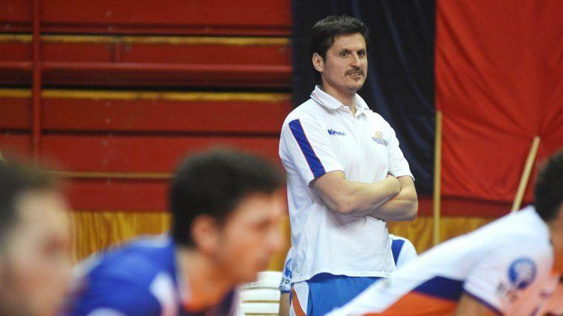 Camilo Soto observa con atención a sus dirigidos. El entrenador le da mucho valor a lo que se logró este año.