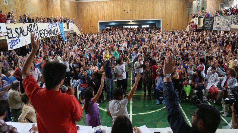 Más de dos mil docentes participaron de la asamblea en la EPET 8 de Neuquén.
