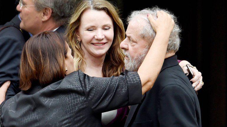 Lula da Silva recibe muestras de cariño de dos simpatizantes del Partido de los Trabajadores