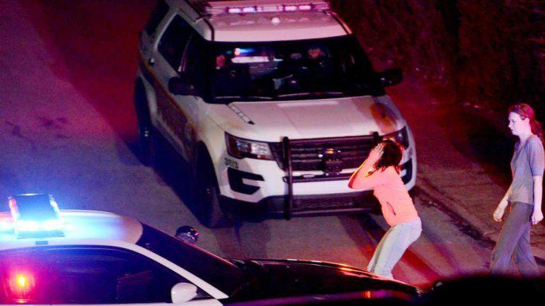 Una mujer llora muy angustiada tras el tiroteo en Pensilvania.