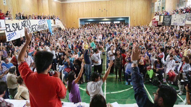 Una asamblea multitudinaria donde participaron más de 2 mil maestros. La situación se complica si no hay una oferta que satisfaga al gremio docente.