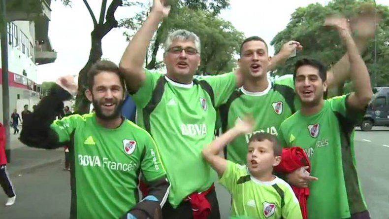 La original iniciativa de los hinchas de River para pedir que Trapito siga usando los buzos de color verde.