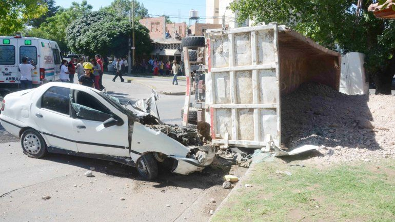 El auto quedó destruido luego de que el acoplado cayera sobre él.