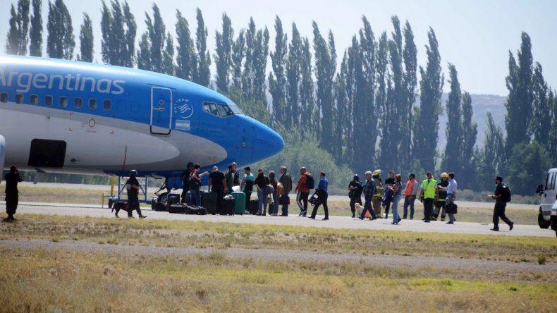 Durante dos horas se prolongó el procedimiento para revisar el avión desviado a Neuquén por una amenaza de bomba. Luego de los controles
