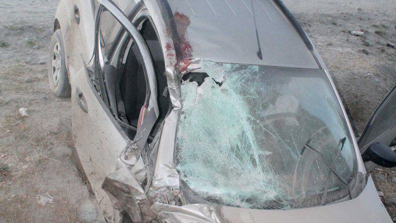 Impactante: el golpe de los cuerpos de las víctimas contra el parabrisas de la camioneta fue letal. Parte de la moto quedó aplastada dentro del zanjón. Los cuerpos salieron despedidos.