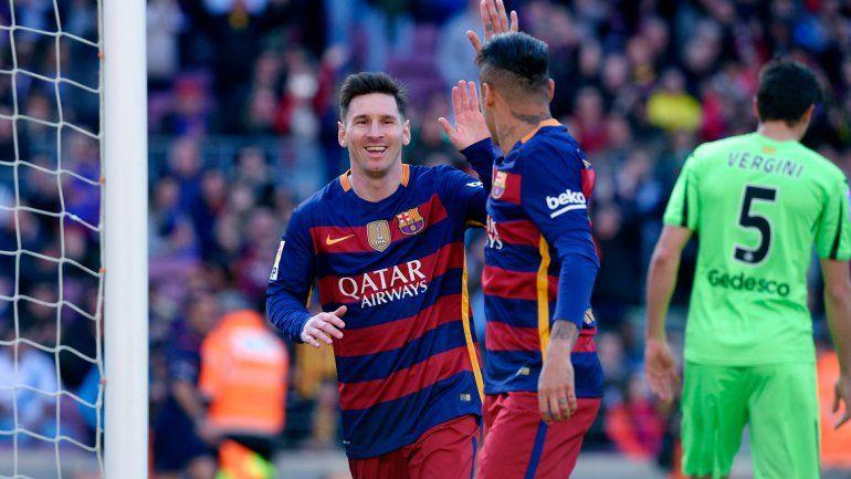 Neymar felicita a Messi por su gol. El otro argentino que pelea arriba y festejó fue Angelito Correa (foto izq.).