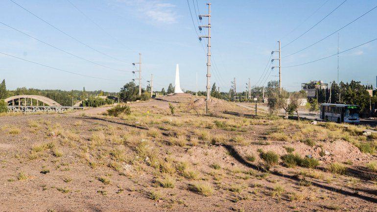El obelisco está emplazado en un lugar prácticamente escondido a la entrada de la ciudad