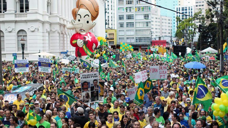 Una multitud marchó contra el gobierno de Dilma Rousseff