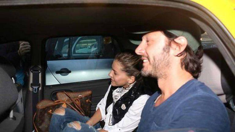 Vicuña y Eugenia saliendo en un auto del aeropuerto de Ezeiza.