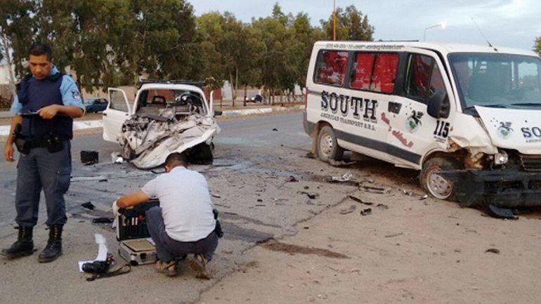 El frente del Fiat 147 quedó destruido tras el violento impacto frontal contra la camioneta Renault Master.