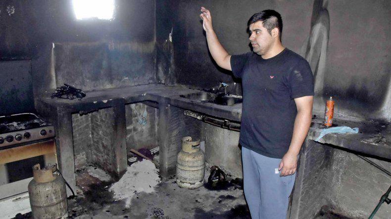 Sólo cenizas quedaron en la cocina del merendero tras el incendio.