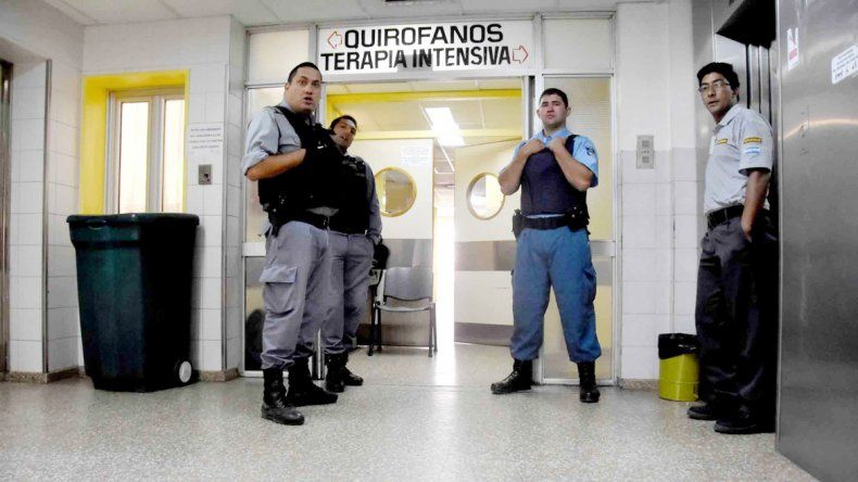 Lo penitenciarios coparon los pasillos del hospital mientras estaba internado.